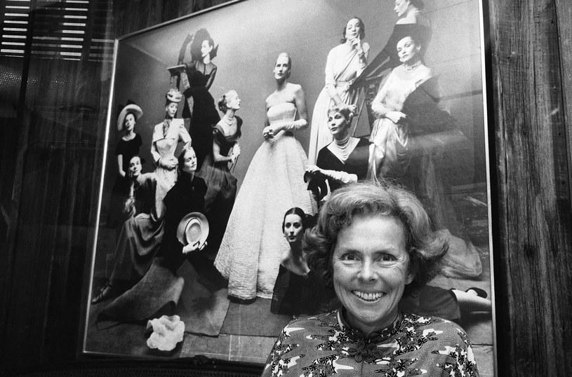 Eileen Ford pozująca na tle zdjęcia swych najlepszych modelek, Nowy Jork 1977 rok /Marty Lederhandler / AP /East News
