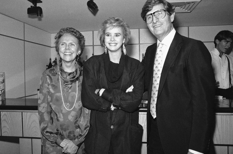 Eileen i Jerry Fordowie pozują z jedną z modelek ze Szwecji, Catherine Ahnell, wybraną w konkursie na twarz lat 80. /Mario Cabrera/ AP /East News