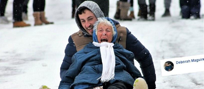 Eileen Maguire zjeżdża z wnukiem na sankach /Facebook /Internet