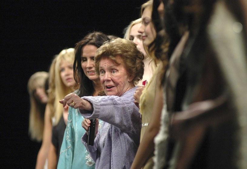"""Eileen ogłasza zwyciężczynię konkursu na """"Supermodelkę Roku"""", organizowanego przez Agencję Ford, Nowy Jork 2005 rok /SANG-HOON/SIPA /East News"""