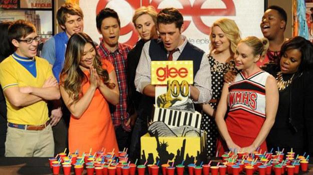 "Ekipa ""Glee"" świętuje 100. odcinek serialu. /FOX"