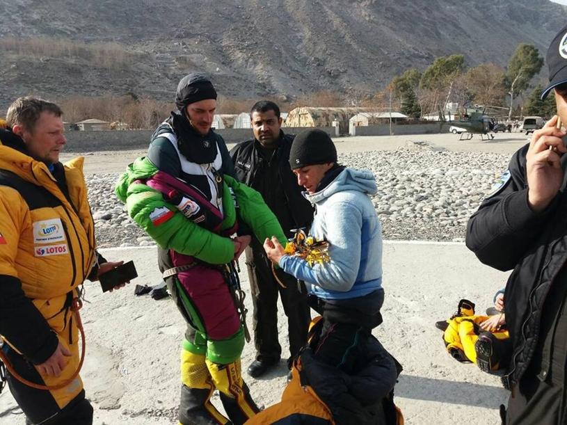 Ekipa ratunkowa razem ze sprowadzoną z góry Elisabeth Revol /East News