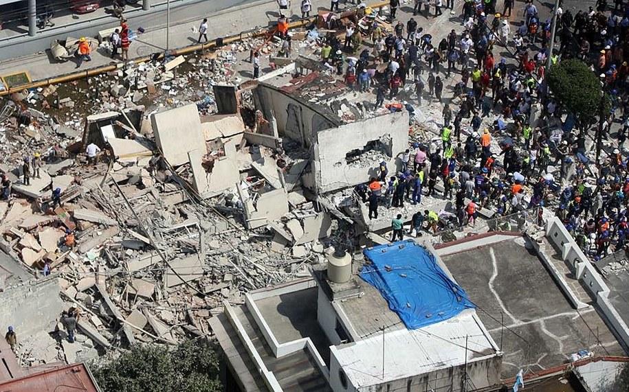 Ekipy ratunkowe przeszukują gruzowisko w mieście Meksyk z nadzieją na odnalezienie żywych ludzi /MARIO GUZMAN    /PAP/EPA