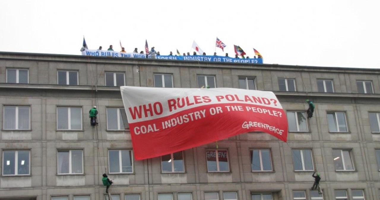 Ekolodzy na dachu gmachu ministerstwa w Warszawie