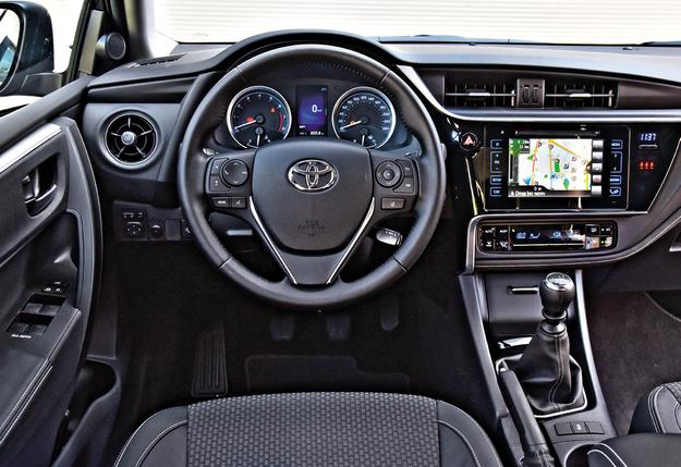 Ekran między wskaźnikami ma 4,2'', a centralny 7''. Jedyne (drobne) zastrzeżenia z zakresu ergonomii dotyczą dotykowej zmiany głośności multimediów. Za to ich ekran jest blisko, bo zaledwie 18 cm od kierownicy (i to maksymalnie wysuniętej). /Motor