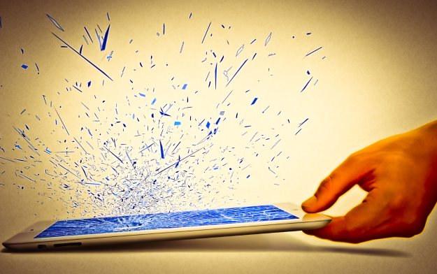 Ekran - to najczęstrzy problem z tabletami (nie tylko tanimi). W większości przypadków - takiego uszkodzenia nie da się naprawić /©123RF/PICSEL