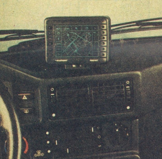 Ekran umieszczony na giętkim wysięgniku ustawić można tak, aby najwygodniej było sięgać do niego ręką. Tylko niektóre proste rozkazy dają się wprowadzać w czasie jazdy, bardziej skomplikowane trzeba wczytywać przy unieruchomionym pojeździe ze względu na niebezpieczeństwo, jakim groziłoby odwrócenie uwagi kierowcy od tego, co dzieje się na jezdni. /Motor