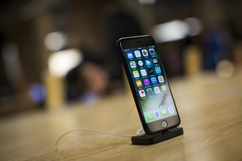 Ekrany w urządzeniach Apple będą jeszcze bardziej odporne? /AFP