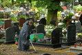 Archeolodzy i wolontariusze ze stowarzyszenia Traugutt.org, porządkują teren Cmentarza Garnizonowego w Gdańsku po zakończeniu trwających tam badaniach archeologicznych prowadzonych przez IPN