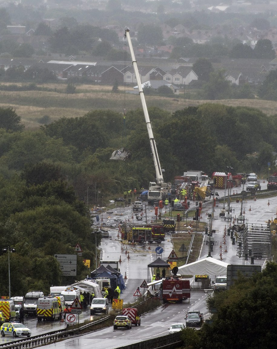 Eksplozja była olbrzymia, a szczątki zniszczonych samochodów porozrzucane zostały w promieniu kilkuset metrów /WILL OLIVER  /PAP/EPA