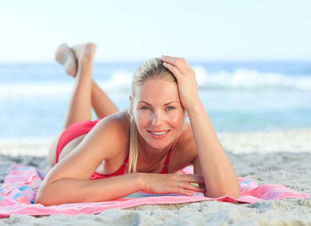 Eksponowanie skóry na słońce oznacza nadmiar wolnych rodników, które niszczą włókna sprężyste skóry /©123RF/PICSEL