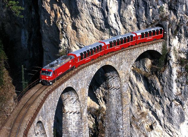 Ekspres Bernina fot. Rhaetische Bahn By-line: swiss-image.ch/Peter Donatsch /INTERIA.PL