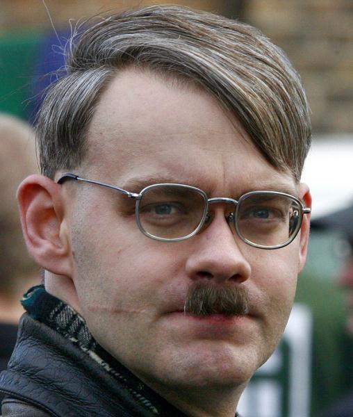 Ekstremizmy są zagrożeniem również w obecnych, kryzysowych czasach. Na zdjęciu: niemiecki neonazista /AFP