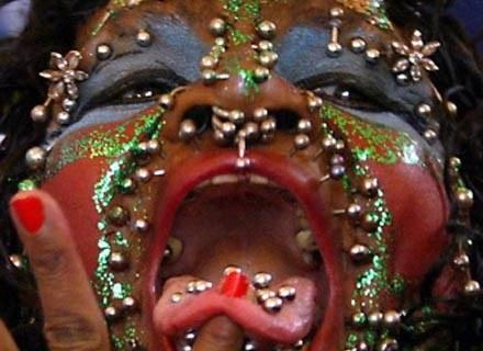 Elaine nosi w swoim ciele 5 tys. kolczyków /AFP