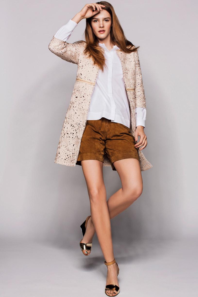 Elegancja w skrócie: płaszcz - Deni Cler | koszula - COS | szorty - TK Maxx | buty See by Chloé /Twój Styl