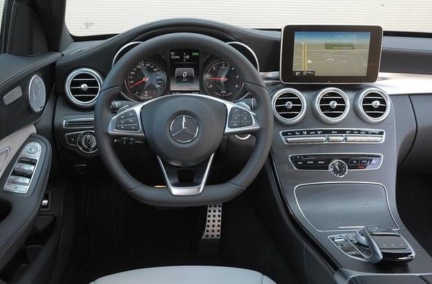 Elegancki kokpit robi wrażenie jakością wykończenia. Pozycja za kierownica jest wzorowa, obsługa – łatwa. /Motor