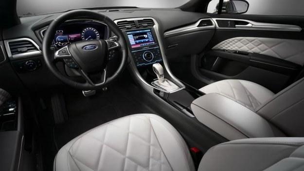 Eleganckie zestawienie barw i skóra, gdzie okiem sięgnąć - jakością materiałów wykończeniowych Mondeo Vignale puka do drzwi klasy premium. /Ford