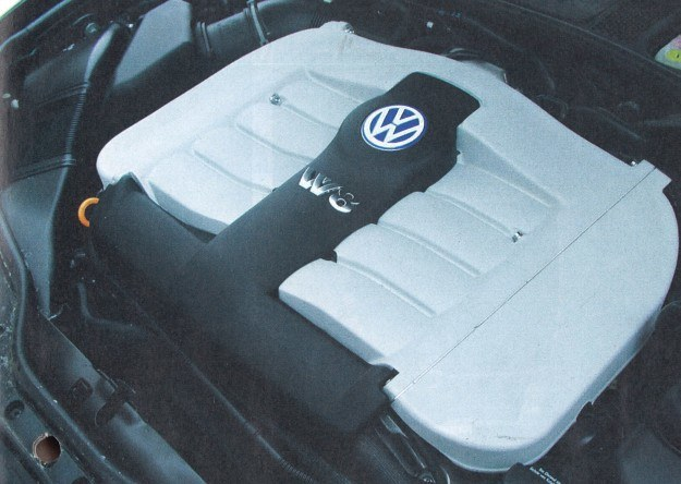 """Elegancko zabudowany silnik UV8 to najważniejszy element """"topowego"""" Passata. Dzięki niemu auto staje się prawdziwie sportową limuzyną. /Motor"""