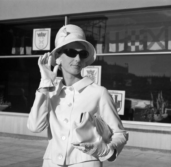 Warszawa, lata 60., elegancka kobieta na ulicy