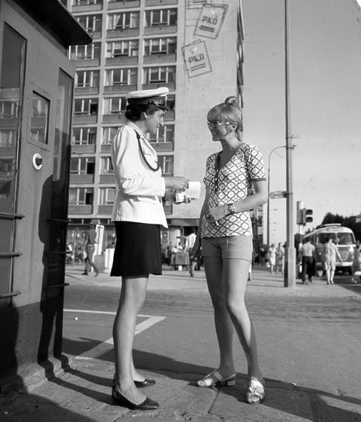 Warszawa, lata 60., milicjantka i młoda kobieta na ulicy