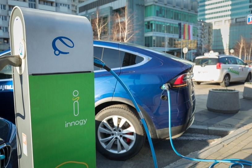 Elektryczne samochody są nie tylko coraz bardziej powszechne, ale mają znacznie większe baterie i mocniejsze silniki, niż kilka lat temu /Arkadiusz Ziółek /East News
