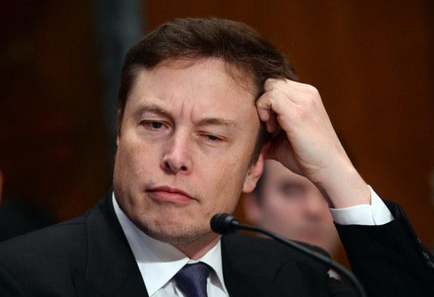 Elon Musk uważa, że przepisy zabraniające człowiekowi kierować samochodem zostaną wprowadzone za 20 lat. /AFP