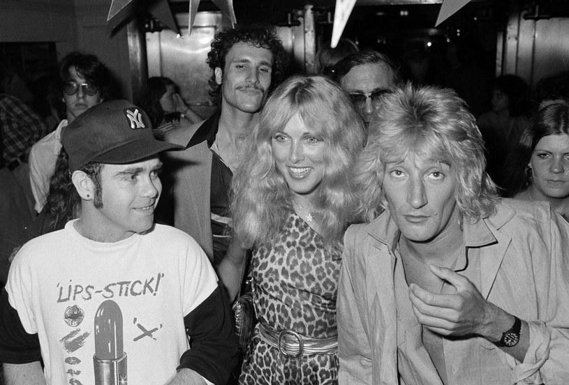 Elton John, Alison Hamilton i Rod Stewart w 1978 r. /AP/Fotolink