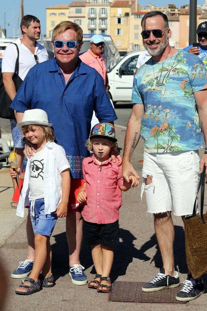 Elton John z rodziną /East News