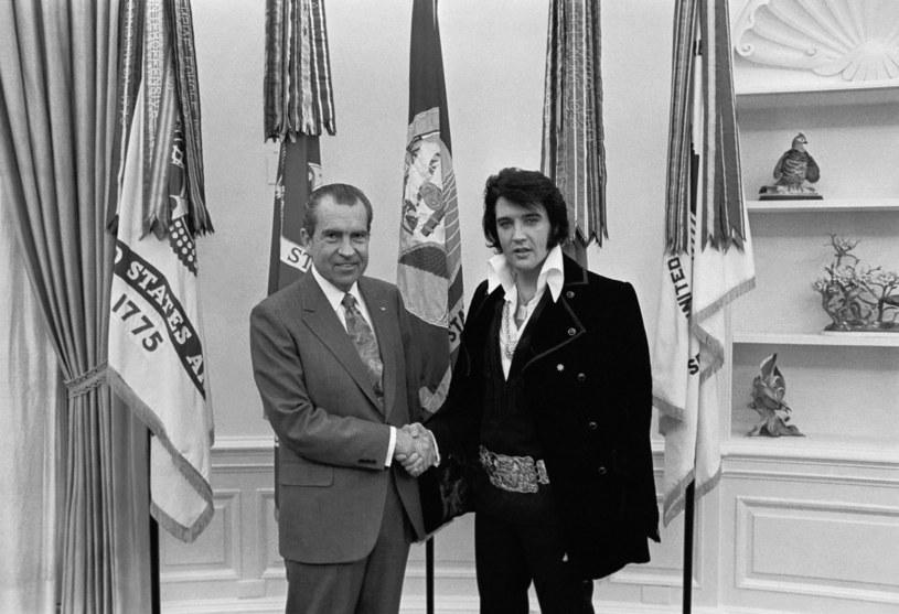 """Elvis Presley podczas spotkania z Richardem Nixonem w 1970 roku. """"Król"""" w tamtym czasie prosił prezydenta o włączenia go do DEA /Everett Collection /East News"""