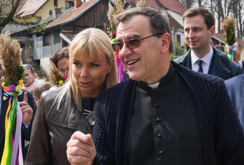 Elżbieta Bieńkowska i ksiądz proboszcz Zbigniew Kras /Tadeusz Koniarz/REPORTER /East News