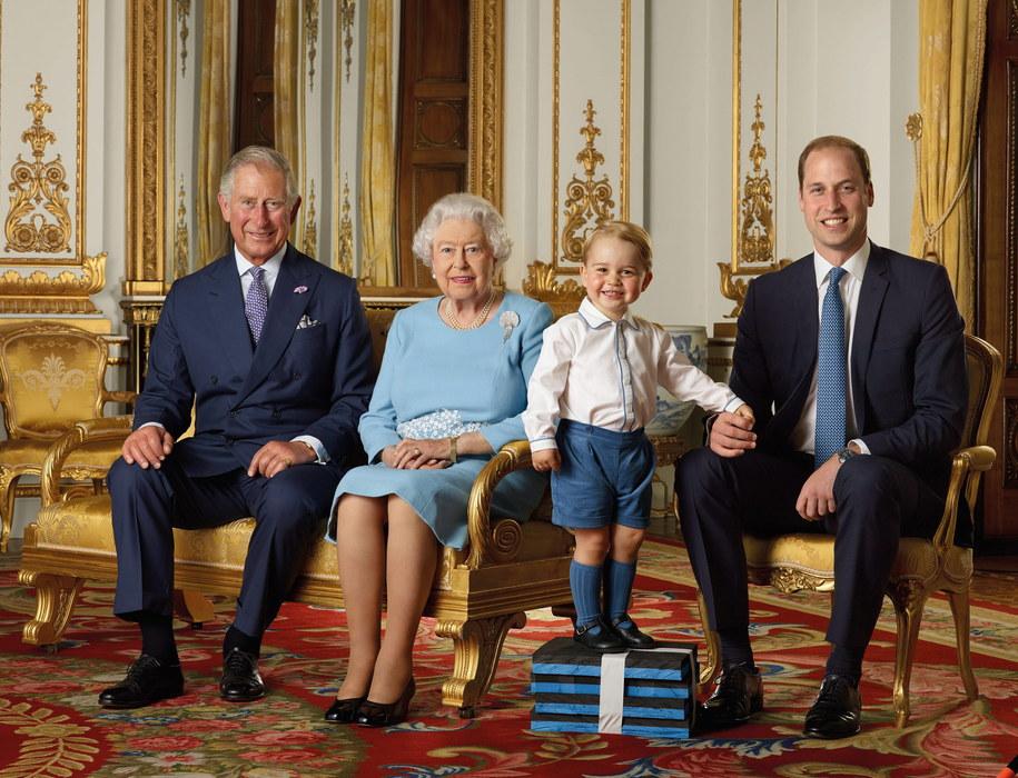 Elżbieta II z synem, wnukiem i prawnukiem /RANALD MACKECHNIE / ROYAL MAIL /PAP/EPA