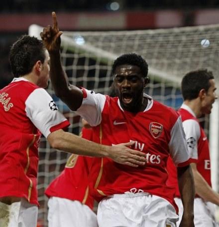 Emanuel Adebayor właśnie strzelił na 1:0. /AFP