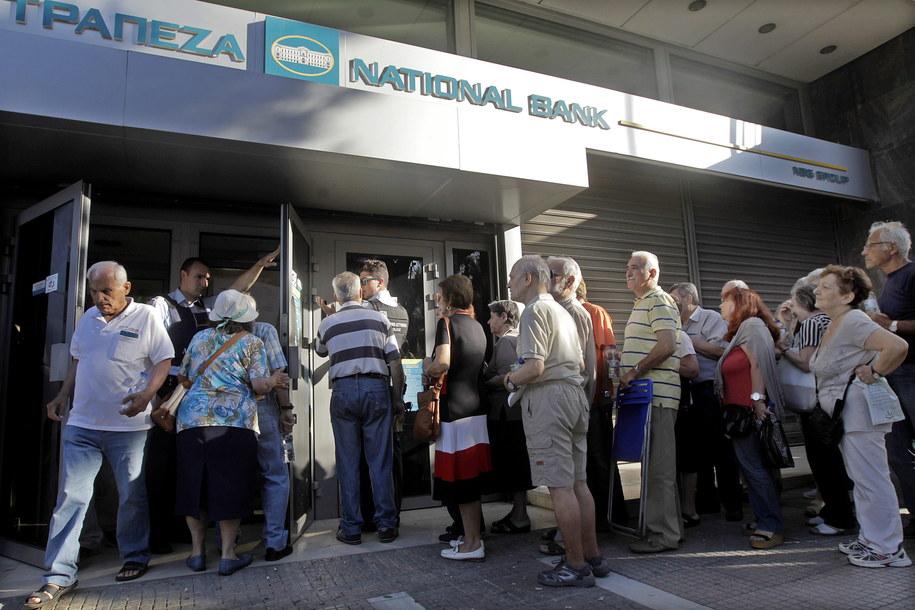 Emeryci w kolejce przed siedzibą Narodowego Banku Grecji /ORESTIS PANAGIOTOU /PAP/EPA