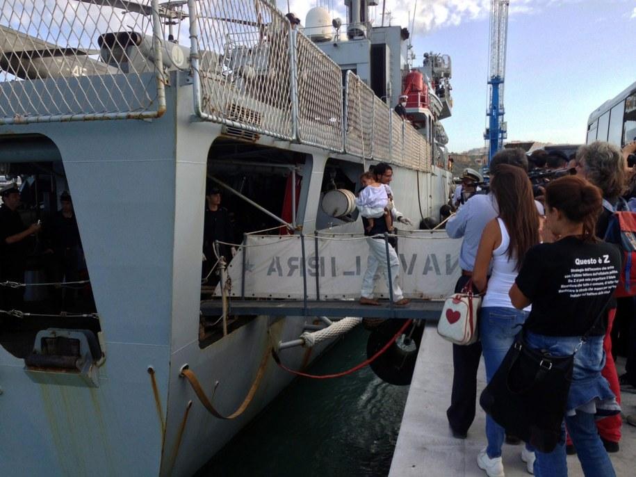 """Emigranci wychodzą ze statku """"Libra"""" /CONCETTA RIZZO /PAP/EPA"""
