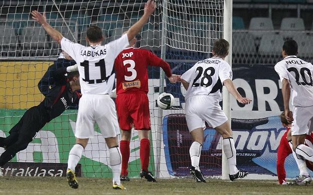 Emil Noll (z numerem 20) strzela gola na 1-1. Fot. Andrzej Grygiel. /PAP