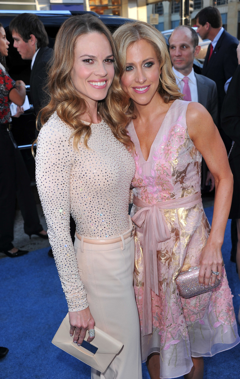 Emily Giffin z Hilary Swank   /Getty Images