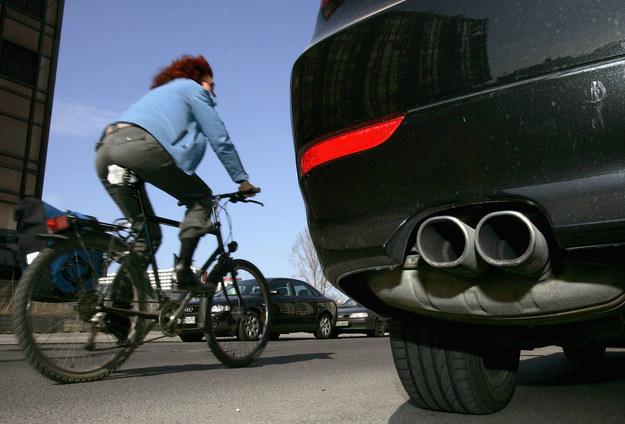 Emisje CO2 z rury wydechowej to nie wszystko... / Fot: GettyImages /