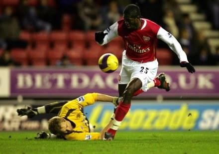Emmanuel Adebayor strzela zwycięskiego gola. Wigan-Arsenal 0:1 /AFP