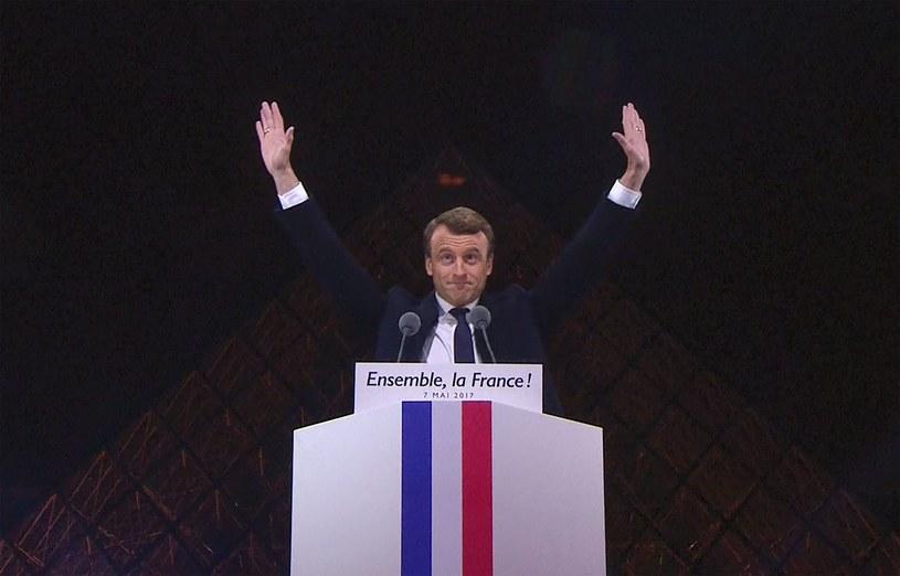 Emmanuel Macron podczas wystąpienia na dziedzińcu Luwru /AFP