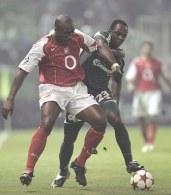 Emmanuel Olisadebe walczy o piłkę z Solem Campbellem. Panathinaikos - Arsenal 2:2 /AFP