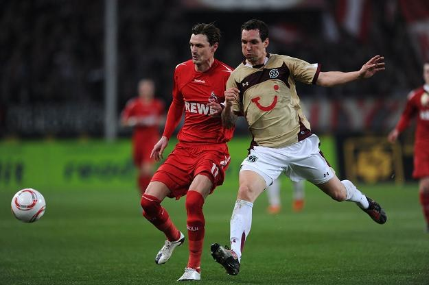 Emmanuel Pogatetz (z prawej) na treningu Koeln musiał stawić się w koszulce niemieckiej kadry /AFP