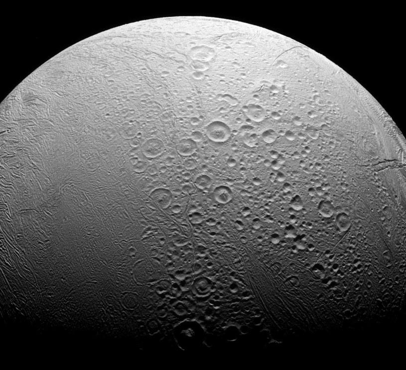 Enceladus ma dwa oblicza /NASA