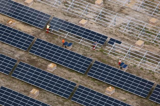 Energia słoneczna - to jedna z alternatyw, dzięki którym uniezależnimy się od wygasających źródeł /AFP