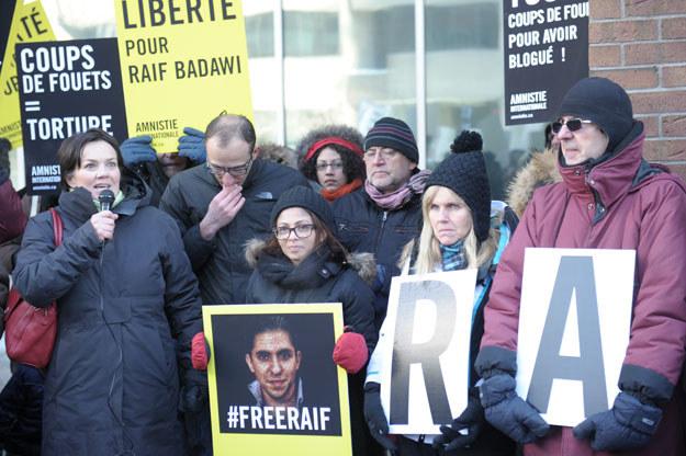 Ensaf Haidar ze zdjęciem męża w czasie protestu przeciwko władzom saudyjskim w Montrealu fot. Clement Sabourin /AFP