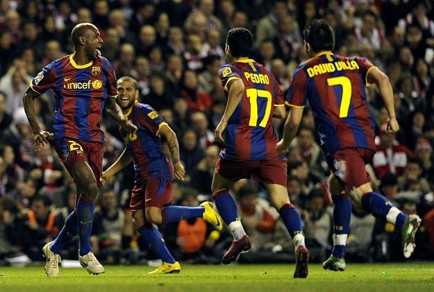 Eric Abidal (z lewej) i jego koledzy z Barcelony radują się z bramki strzelonej Athletikowi Bilbao /AFP