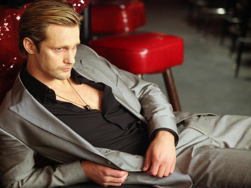Eric (Alexander Skarsgard) to stary i wpływowy wampir ze Skandynawii. Jego żelazny uścisk i imponująca sylwetka wzbudzają respekt u wszystkich. Ze swoją pozycją i wyglądem mógłby mieć każdą kobietę. Pech chce, że wpadła mu w oko Sookie. /materiały prasowe