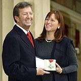 Eric Clapton z żoną Melią McEnery prezentują CBE /AFP