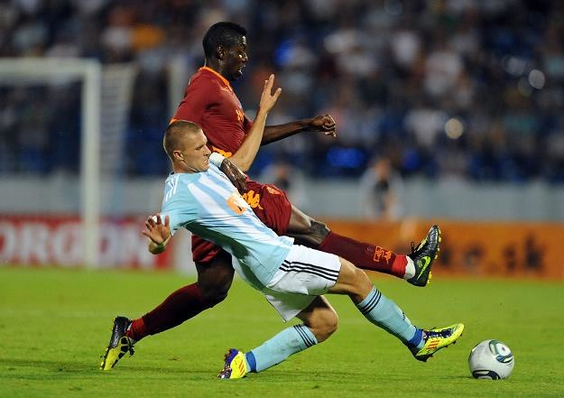 Erick Cikosz (nna pierwszym planie) walczy z piłkarzem Romy Stefano Okaką Chuka. /AFP