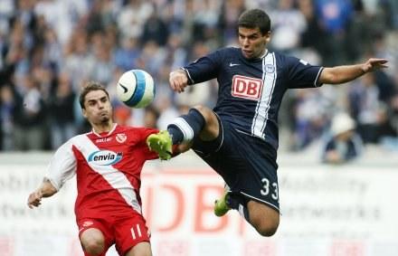 Ervin Skela (z lewej) walczy o piłkę z Andre Limą /AFP