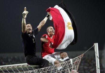 Esam al Hadary i Mohamed Zidan celebrują finałowe zwycięstwo /AFP
